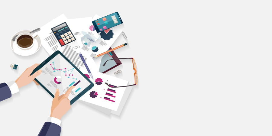 Imagem de um desenho com um homem com um tablet na mão e alguns gráficos na tela, uma xícara de café na mesa e alguns papéis. Essa imagem simboliza o ponto crítico do planejamento a curto prazo!