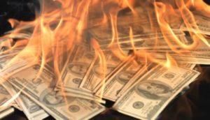 Dinheiro pegando fogo.