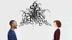 Imagem de duas pessoas conversando (Comunicação)