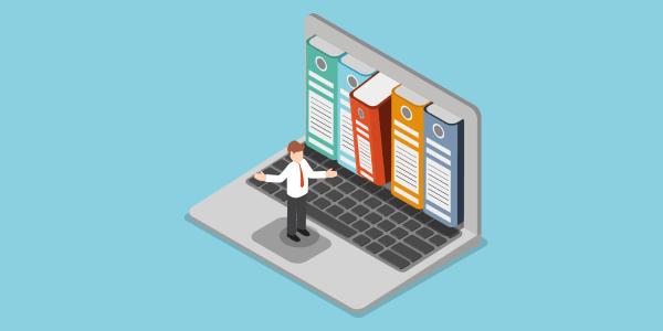 Homem confuso na frente de várias informações documentadas salvas no computador.