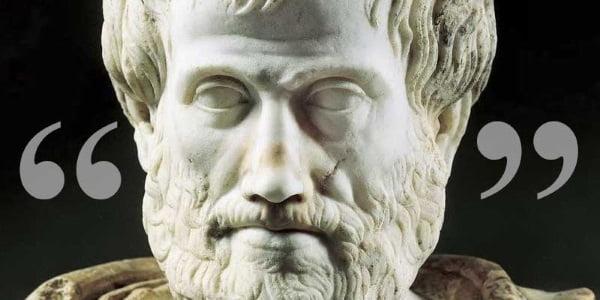 Imagem da estatua de Aristóteles entre duas pontuações de aspas, simbolizando a citação presente no artigo e referente à busca pela excelência.