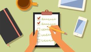 Desenho de um checklist de auditoria sendo preenchido pelo auditor.
