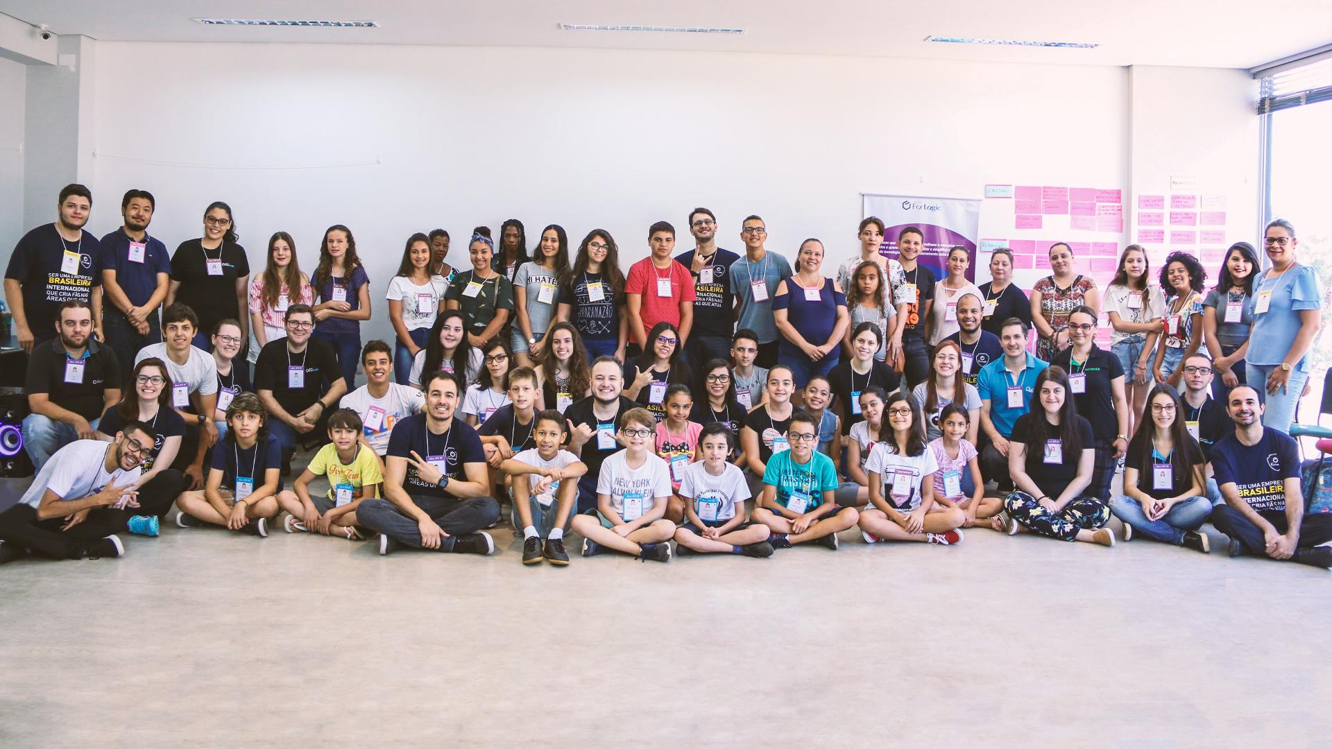 """Sobre como engajar equipes: imagem dos alunos destaque junto com o nosso time que organizou o dia pensando em """"Contribuir com uma experiência que gere o significado de que o esforço vale a pena""""."""