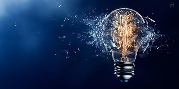 Imagem de uma lampada explodindo, simbolizando a ruptura criada ao abandonar a melhoria continua para dar uma salto maior de crescimento.