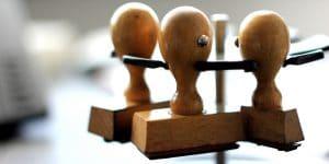 Imagem de carimbos simbolizando como reduzir a burocracia do Sistema de Gestão da Qualidade