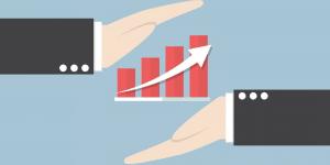 Imagem de duas mãos apontando para um gráfico, simbolizando a importância de quantificar a gestão para conseguir o o engajamento da diretoria e demonstrar o valor da Qualidade.
