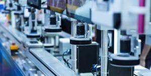 Imagem de uma linha de montagem 100% automatizada, representando A 5ª era da Qualidade e o papel do profissional da qualidade.