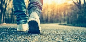 Foto de uma pessoa percorrendo uma longa estrada, simbolizando o 1º passo na busca pela excelência.
