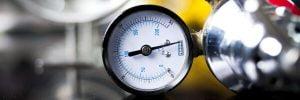 Imagem de um mostrador sendo calibrado, representando o processo de medição.