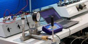 Imagem de um ambiente de calibração controlado, simbolizando a Gestão de Riscos para laboratórios de metrologia.