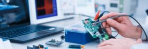 Imagem de um homem medindo um aparelho. Essa imagem é para o artigo de Como tornar o processo de emissão de certificados mais eficaz