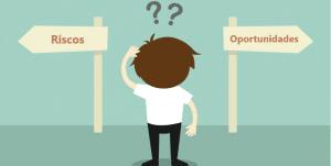 Imagem de um boneco, com duas plaquinhas na sua frente e dois pontos de interrogação em cima da sua cabeça. Uma placa sinaliza riscos e a outra oportunidade . Essa imagem simboliza o artigo sobre: você analisa riscos ou oportunidades.