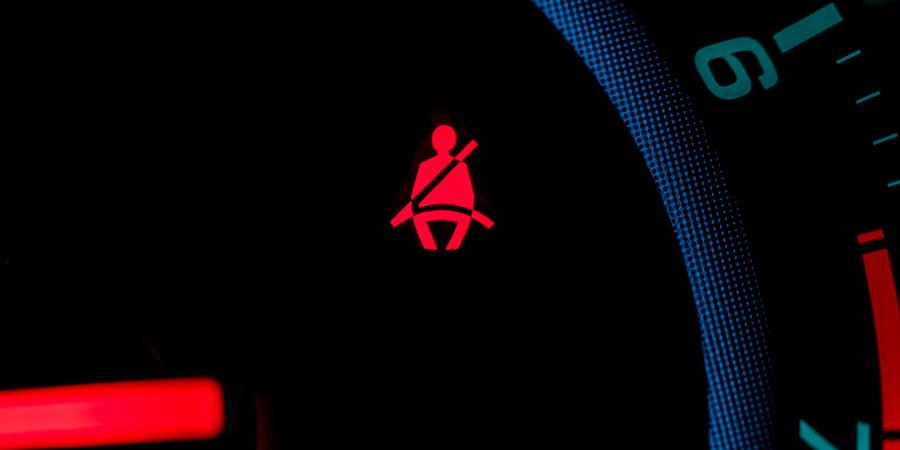 Imagem de um painel de carro com um alerta ao cinto de segurança. Essa imagem diz respeito ao artigo sobre poka yoke.