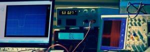 Imagem de um computador com algumas conexões simbolizando o artigo sobre oportunidades no laboratório de calibração?.