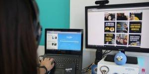 imagem de uma colaboradora mexendo no computador com a tela do qualiex aberta. Essa imagem representa o artigo da monise carla sobre processos da qualidade.