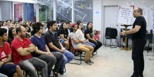 Imagem do Luciano Pires palestrando para a equipe ForLogic. Essa imagem simboliza o artigo sobre passos para qualificar sua equipe.