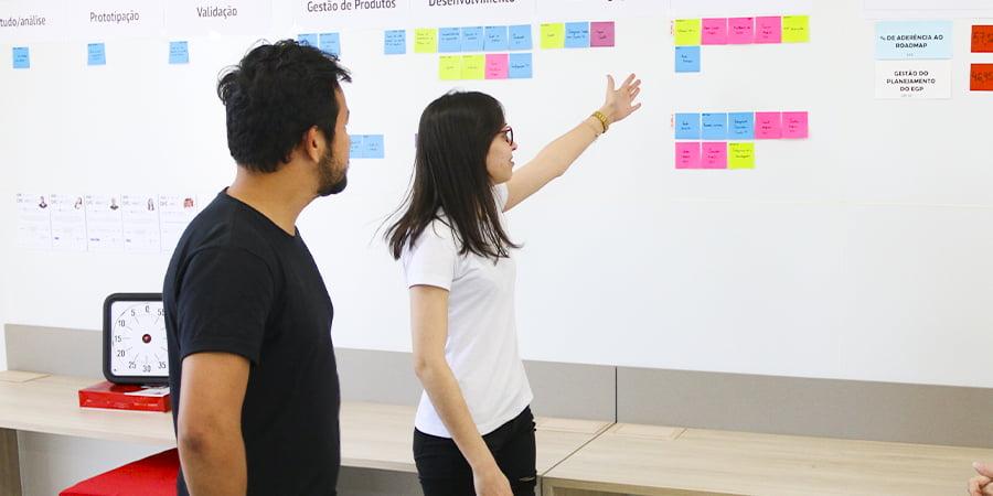 Colaboradores conversando sobre planejamento e eficácia de projetos