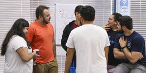 imagem de várias pessoas conversando na ForLogic simulando o engajamento na qualidade.